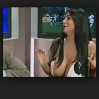 La presentadora italiana llamada Marika Frusco llevaba un escote pronunciado y terminó triunfando en Youtube debido a que éste dejó una gran parte de sus senos al descubierto. Foto:Vía Youtube
