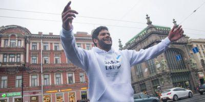 VIDEO. Hulk pierde la vergüenza y se pone a bailar en las calles de Rusia