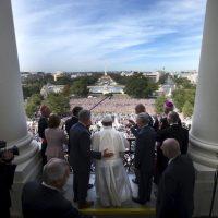 Al terminar su discurso ante el Congreso, salió al balcón a saludar al público Foto:AFP