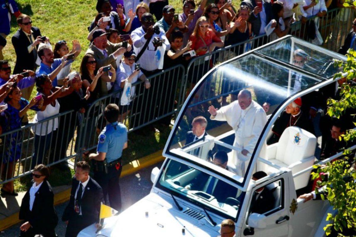 El mismo día el religioso saludó a los fieles en las calles de estado. Foto:AFP