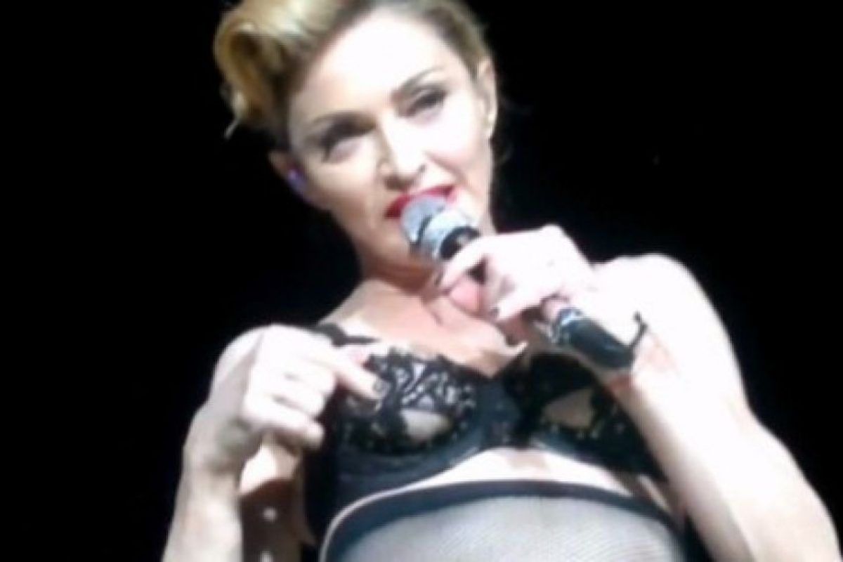 """5. En """"MDNA World Tour"""", Madonna mostró su pezón mientras se iba desnudando hasta quedar en roba interior. Foto:Pinterest"""