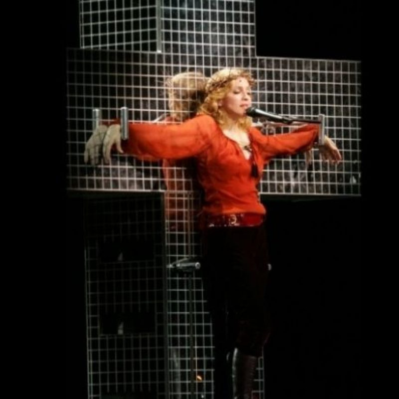 "3. En ""Confessions Tour"", Madonna apareció crucificada mientras cantaba ""Live to Tell"" Foto: Getty Images"