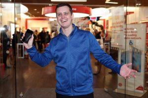 Por la diferencia de horarios, Ryan Watkinson de Nueva Zelanda fue el primero en todo el mundo en adquirir un iPhone 6s en las Apple Store. Foto:Getty Images