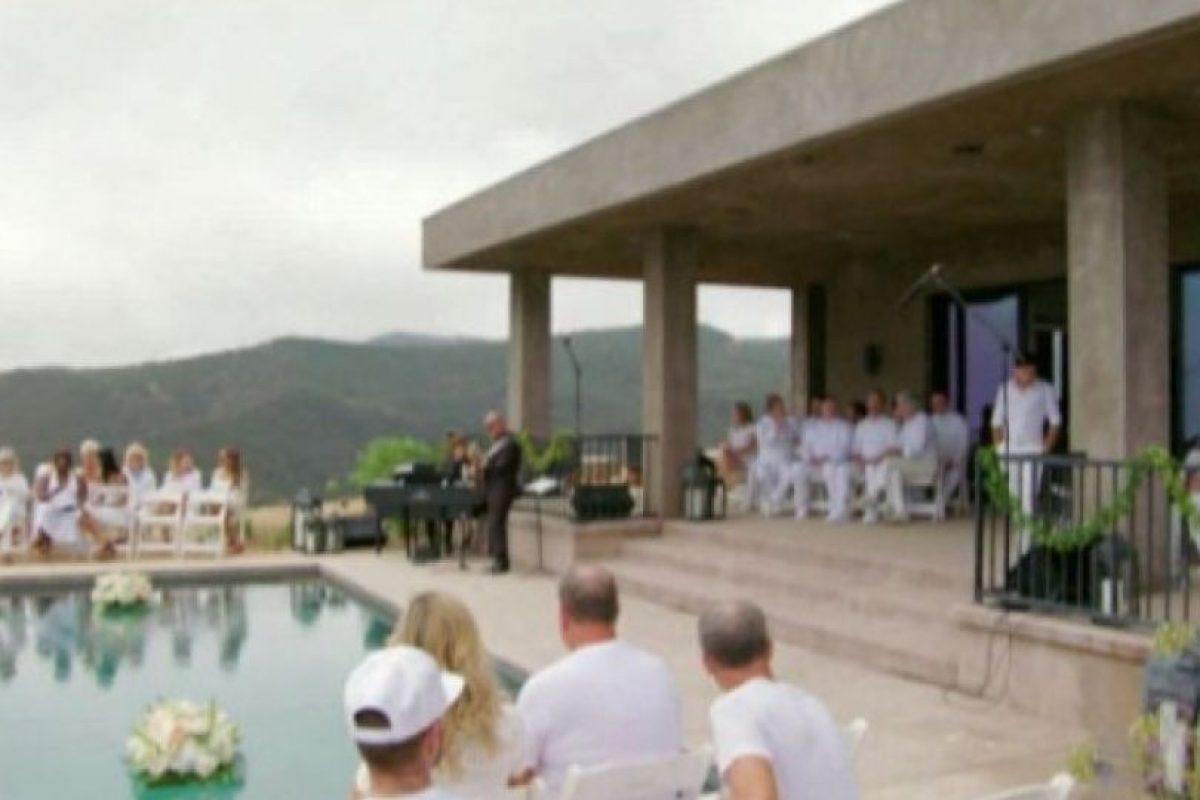 A la ceremonia acudieron sus amigas de la comunidad transgénero. Foto:E! News