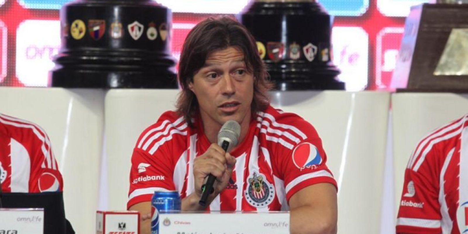 El argentino tiene 41 años y ya ascendió a primera división a River Plate y Banfield. Ahora tomó las riendas de las Chivas, uno de los clubes más populares de México Foto:Twitter