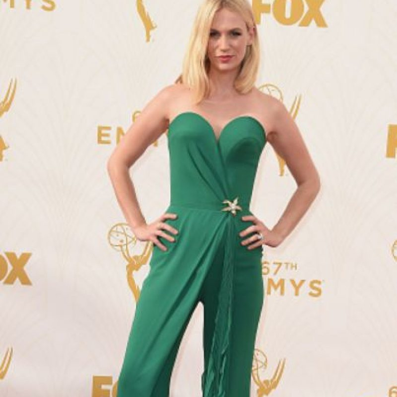 January Jones, con un enterizo que la hace ver totalmente de los años 70. Foto: vía Getty Images