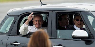 Luego de bendecir algunos otro presentes el pontífice continuó con su camino. Foto:AFP