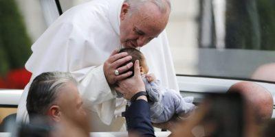 Cientos de fieles esperaban al Papa en la plaza del Independence Hall Foto:AFP