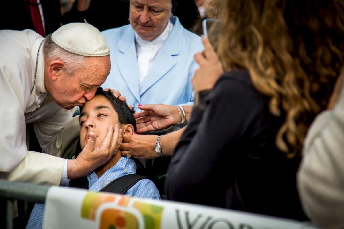 El religioso no espero mucho tiempo para darle un beso a Michael Keating. Foto:AP