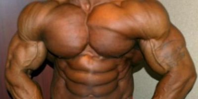 Los esteroides suelen aumentar la cantidad de agua en el cuerpo, algo que se conoce como aromatizar, esta retención da una apariencia inflada del cuerpo sobre todo en manos, brazos y cara, perdiendo además la definición del músculo. Foto:Pinterest