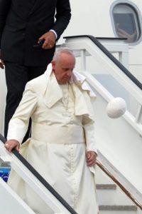 Incluso mira cómo su solideo lo abandona.. Foto:AFP