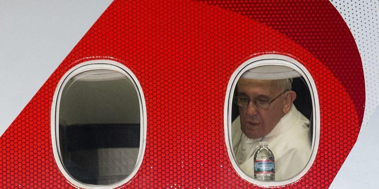 Cerca de las ocho tiempo del este el Papa comenzó su viaje de regreso a Roma. Foto:AFP
