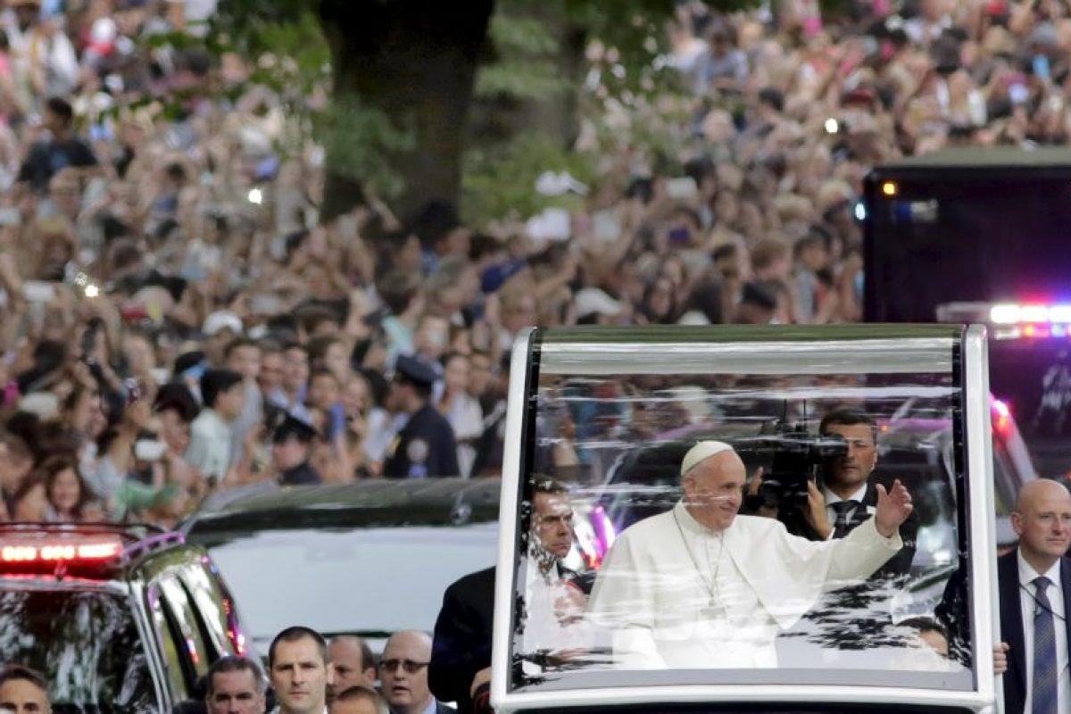 El papa pidió que su papamóvil no estuviera cerrado par atener mayor acercamiento Foto:AP