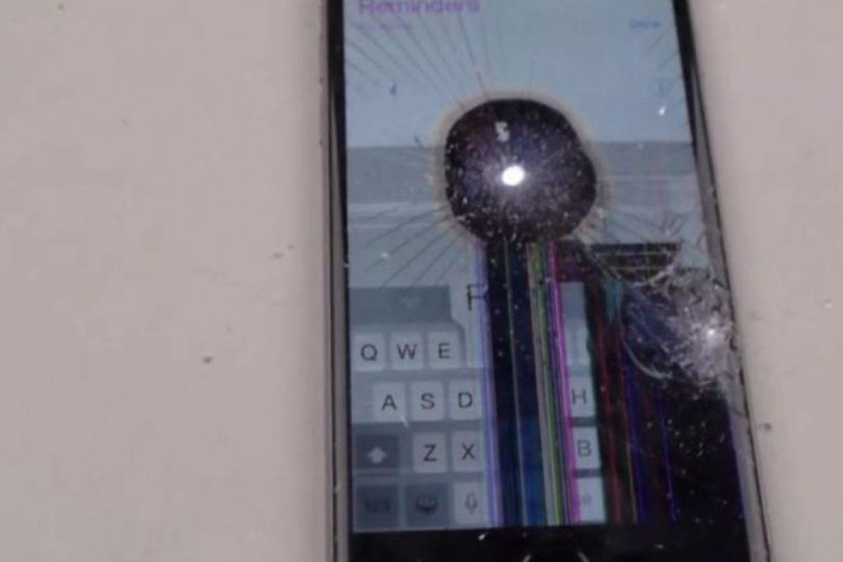 La pantalla no resistió la fuerza del taladro. Foto:vía FullMag