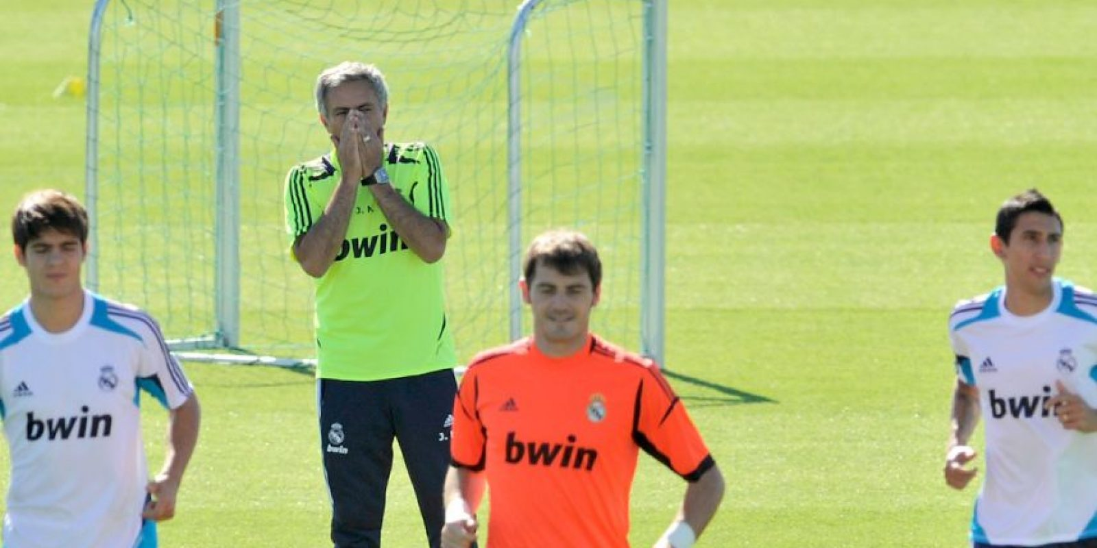 """""""Mou"""", por su parte, que acababa de meterle el dedo en el ojo a Tito Vilanova, en partido de la Supercopa de España, nunca se disculpó y fue respaldado por la directiva del Real Madrid y sólo leyó una carta abierta al madridismo en la que decía: Foto:Getty Images"""