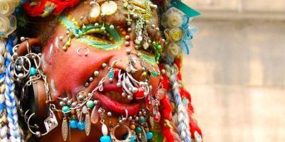 Esta brasileña que actualmente recide en Edimburgo, Escocia, carga más de 31 kilogramos en joyas. Tiene casi cuatro mil perforaciones. Foto:Wikimedia