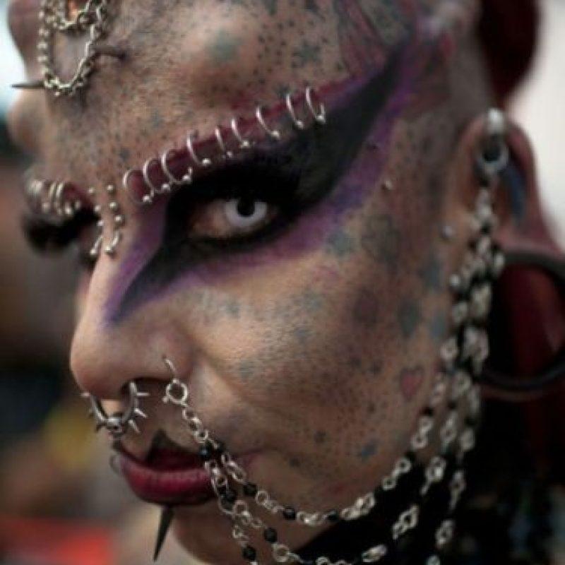 """Es mexicana y se implantó colmillos y """"cuernos"""" de titanio que fueron insertados quirúrgicamente en su cráneo. Foto:Sploid"""