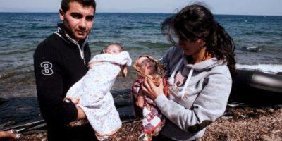 Sus padres solo tenían papel metálico y pocas cobijas para mantenerlos calientes en el viaje Foto:AFP