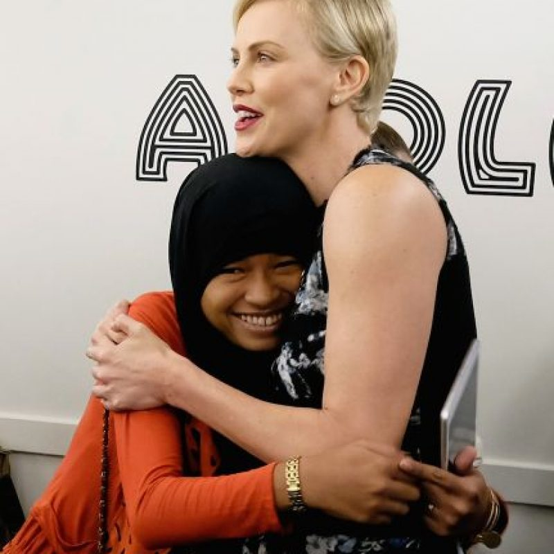 La actriz y fundadora de la organización Charlize Theron Africa Outreach Project junto con la embajadora de Plan International, Nurfahada. Foto: Getty Images