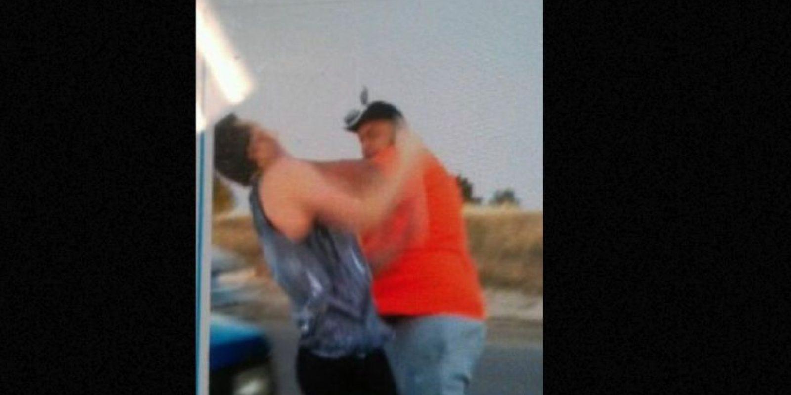 Steven Paula, de 43 años, fue arrestado en Colorado, Estados Unidos, por un cargo de asalto en tercer grado en contra de Mason Deal, de 18 años. El momento fue filmado por la novia de este último y lo subió a Snapchat. Foto:vía Twitter