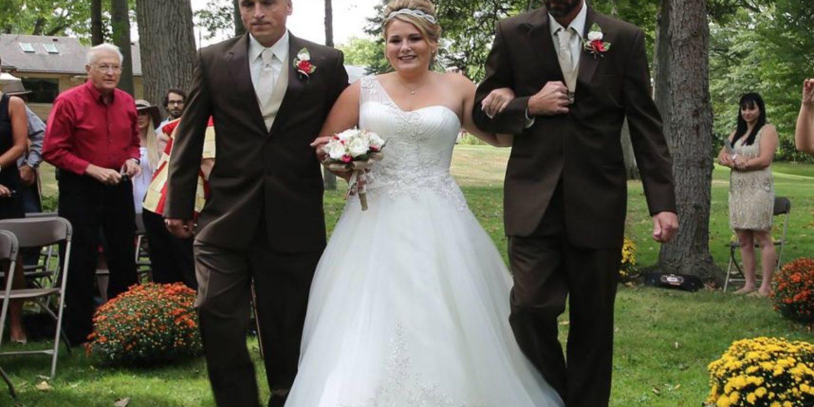Por esa decisión el padre y el padrastro pudieron acompañar hasta al altar a su hija Foto:Vía facebook.com/DeliaDBlackburnPhotography