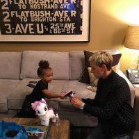 North compartió algunos de sus juguetes con la presentadora Ellen DeGeneres mientras se encontraban en el backstage. Foto:Instagram/KimKardashian