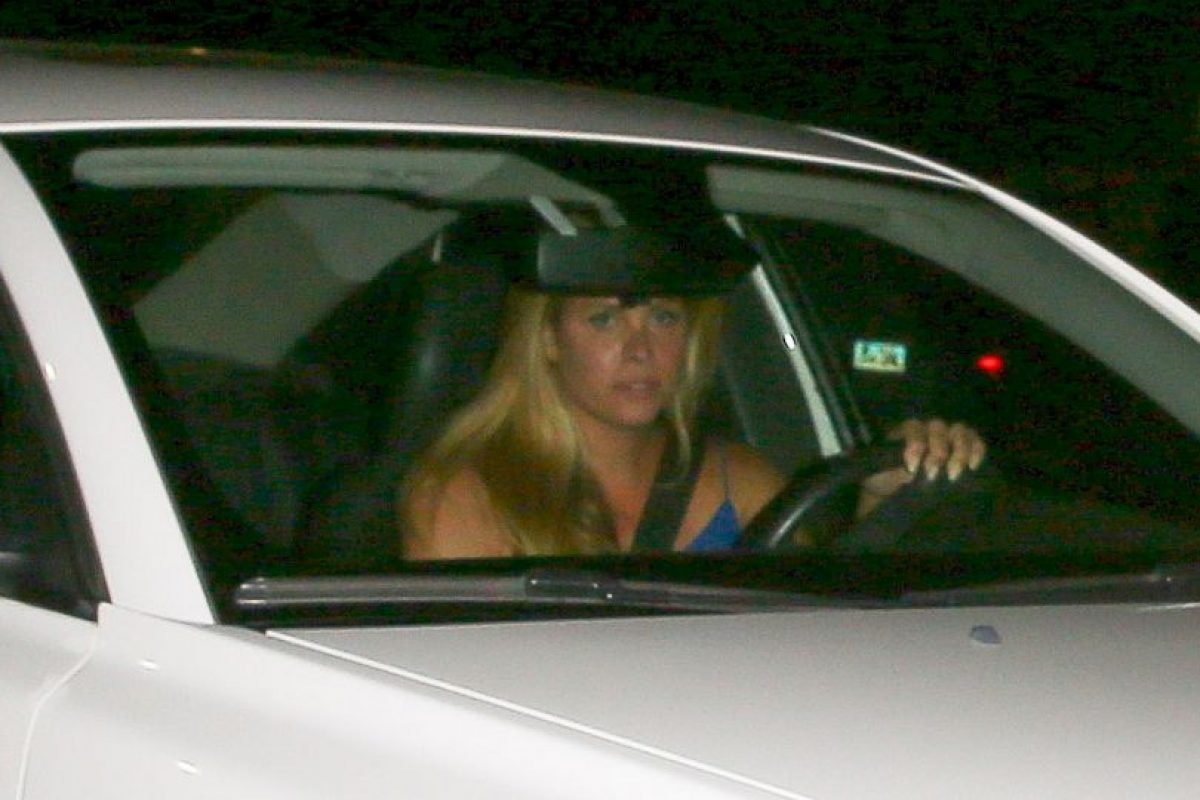 Mientras que su acompañante utilizó un vestido color azul. Foto:Grosby Group