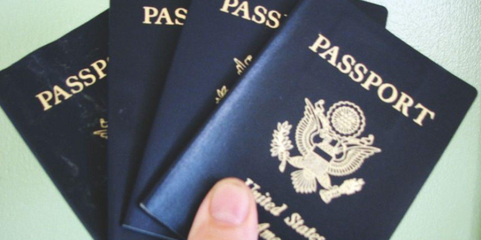 2. Identificaciones falsas: pasaportes, tarjetas de identidad, permisos de conducir, etcétera Foto:Wikicommons