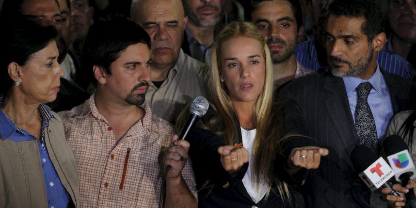 Después de recibir su condena, la esposa de López, Lilian Tintori, a declarado que sufre tortura sicolóigica y aislamiento en solitario. Foto:AP