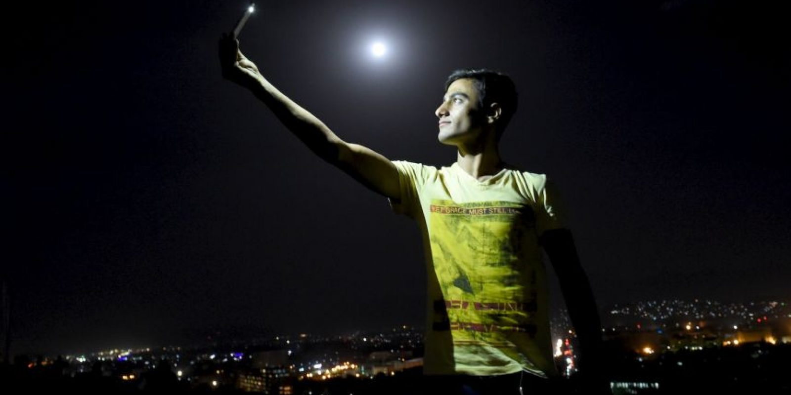 Hombre afgano se toma un selfie durante la superluna. Foto:AFP