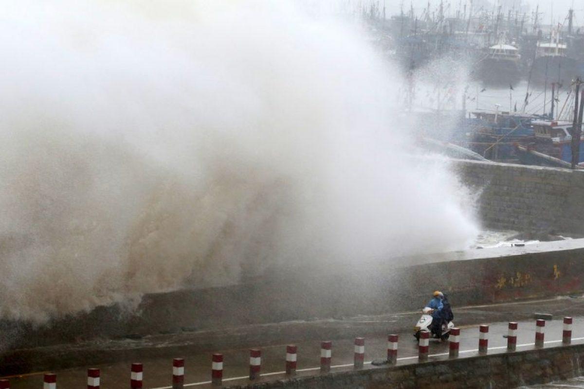 Una ola gigante impacta en un muelle en China. Foto:AFP