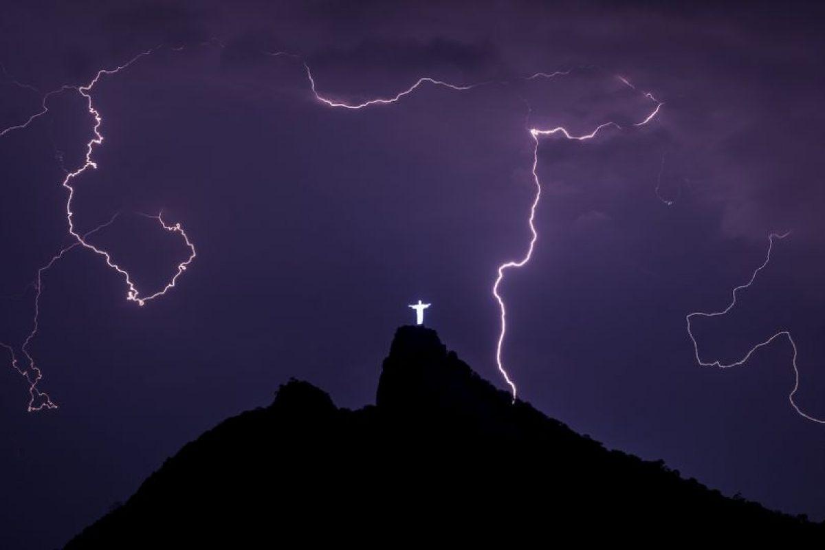 Relámpagos sobre la estatua del Cristo Redentor en el Corcovado, colina en Río de Janeiro, Brasil. Foto:AFP