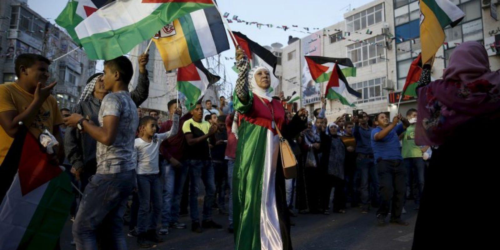 Palestinos celebran el izamiento de la bandera en la sede de las Naciones Unidas en Nueva York, así como el discurso del presidente Mahmud Abbas. Foto:AFP