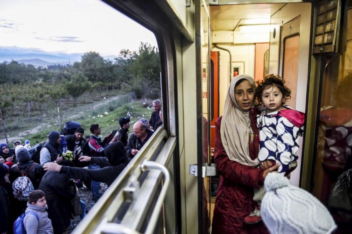 Mujer sostiene a su hija en un tren en Macedonia camino a Serbia. Foto:AFP