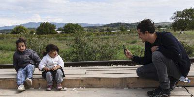 El actor y Embajador de la Buena Voluntad de la UNICEF Orlando Bloom fotografía a dos niñas refugiadas en Macedonia. Foto:AFP
