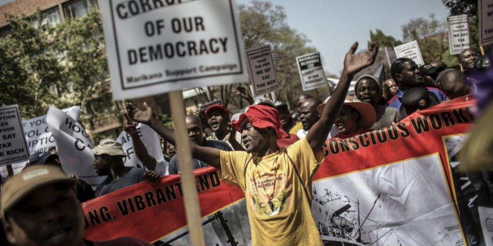 Un activista anticorrupción grita consignas políticas en Sudáfrica. Foto:AFP