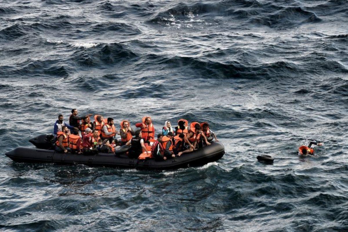 Refugiados y migrantes llegan a la isla Lesbos, en Grecia. Foto:AFP