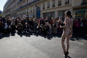 Desfile de moda en Francia. Foto:AFP