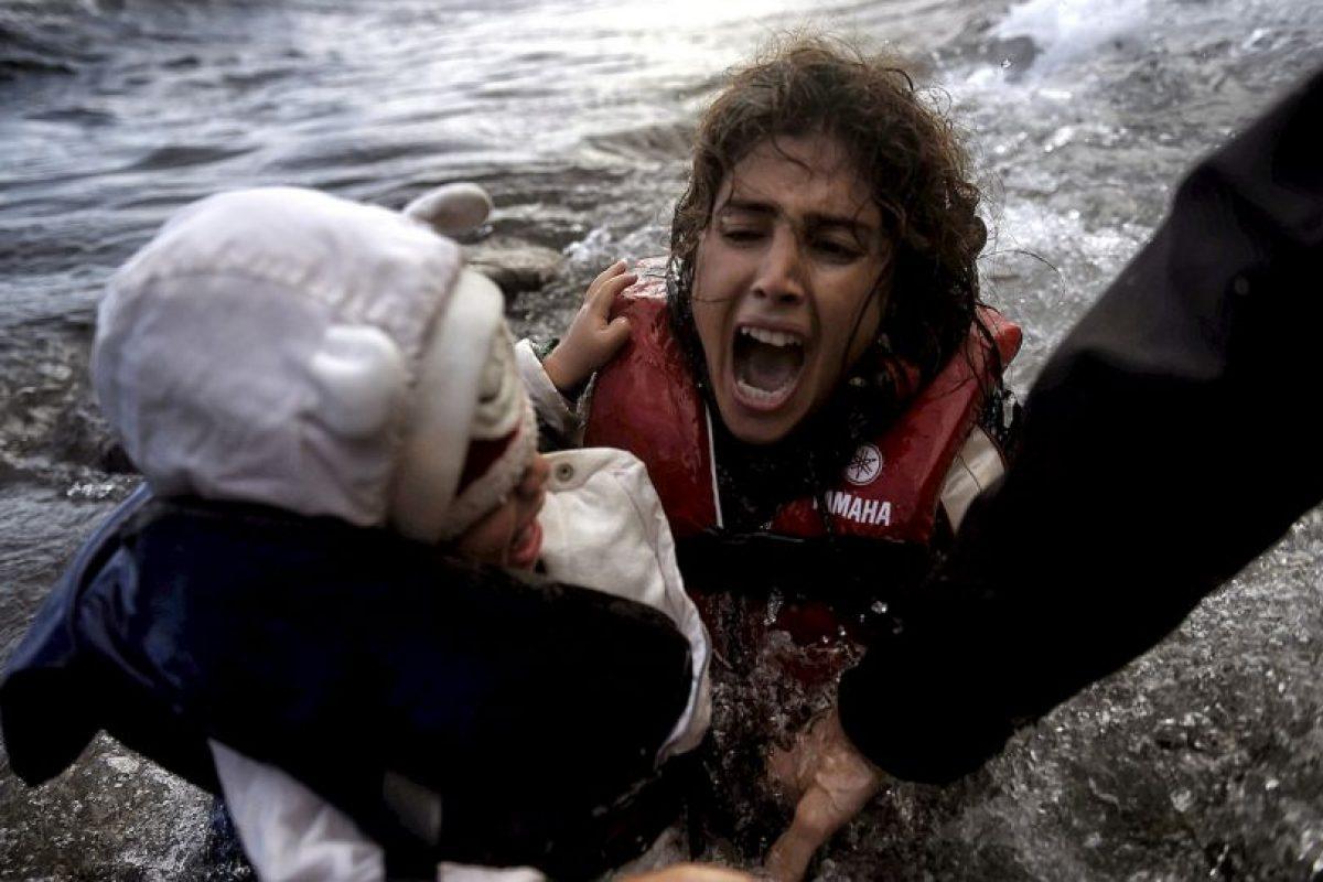 Refugiada cae al agua junto con su bebé, esto en la isla griega Lesbos. Foto:AFP