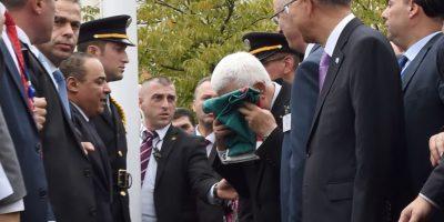 Autoridad palestina besa la bandera durante la ceremonia de izamiento en la sede de las Naciones Unidas en Nueva York. Foto:AFP