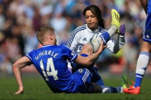 El conflicto entre ellos comenzó porque la doctora del Chelsea y Jon Fearn, el fisioterapeuta del equipo entraron a la cancha para atender a Eden Hazard en el duelo ante Swansea City. Foto:Getty Images
