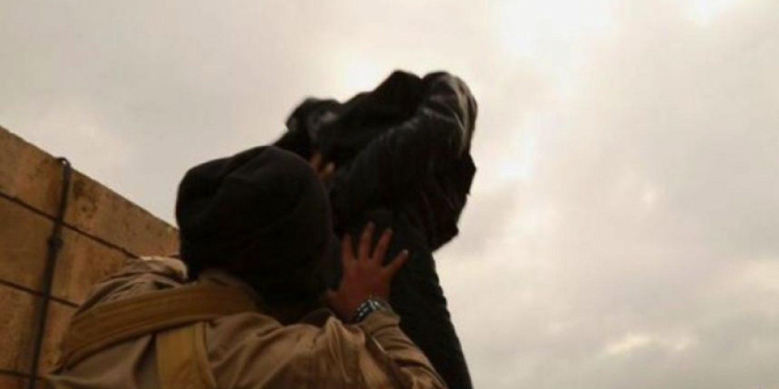 Arrojar a sus víctimas desde un edificio Foto:Twitter.com – Archivo