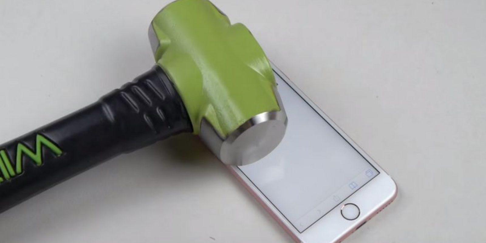 Y para terminar, golpes con un martillo Foto:Youtube/TechRax