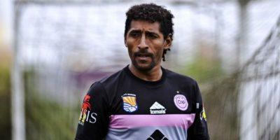 Este delantero peruano tiene 47 años ¡y sigue activo! En su carrera, que inició en 1988, ha vestido la camiseta de 21 clubes, casi todos en Perú, excepto cuatro: Atlante e Irapuato de México, Blooming de Bolivia y Chalatenango de El Salvador. Foto:conmebol.com