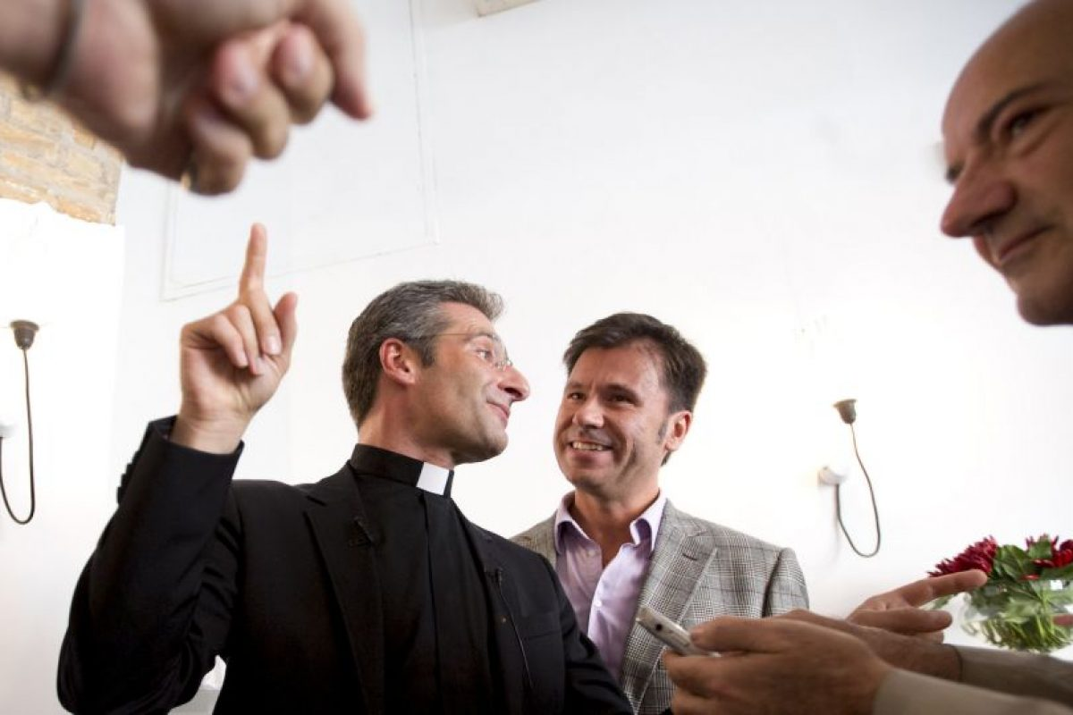 """""""La elección de hacer una manifestación tan clamorosa en la vigilia del Sínodo es muy grave e irresponsable, ya que hace que, sobre la asamblea sinodal, recaiga una indebida presión mediática"""", señaló el portavoz del Vaticano, el padre Federico Lombardi. Foto:AP"""