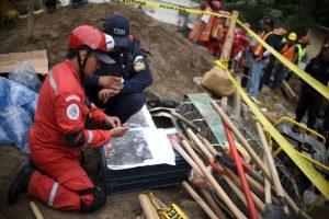 Este día llegaron rescatistas provenientes de México para ayudar con las labores de rescate Foto:AFP