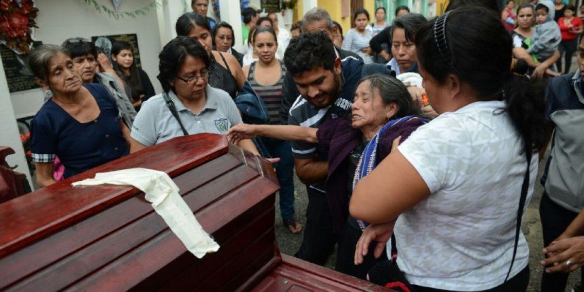 VIDEO. Lágrimas y dolor se vive en el cementerio de Santa Catarina Pinula