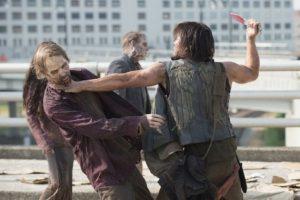 """7. No cualquiera puede ser zombi. Todos los actores que quieren aparecer en la serie como """"caminantes"""", tienen que asistir a una escuela en Los Angeles donde les enseñan como caminar, respirar, gruñir y comer como zombi. Foto:AMC"""