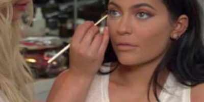 En el tutorial de maquillaje de Kylie Jenner para su cumpleaños número 18, se ve cómo maquillan a Kylie Jenner. Foto:vía Instagram