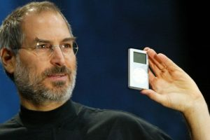28 de abril de 2003: Jobs presenta el iPod. Foto: Getty Images